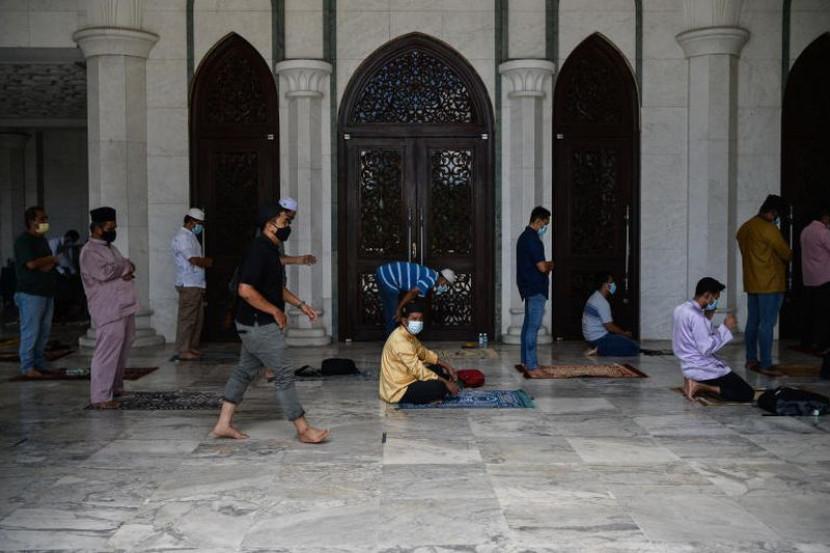 Tiada layanan istimewa VIP solat berjemaah di masjid - Timbalan Menteri JPM - Semasa | mStar