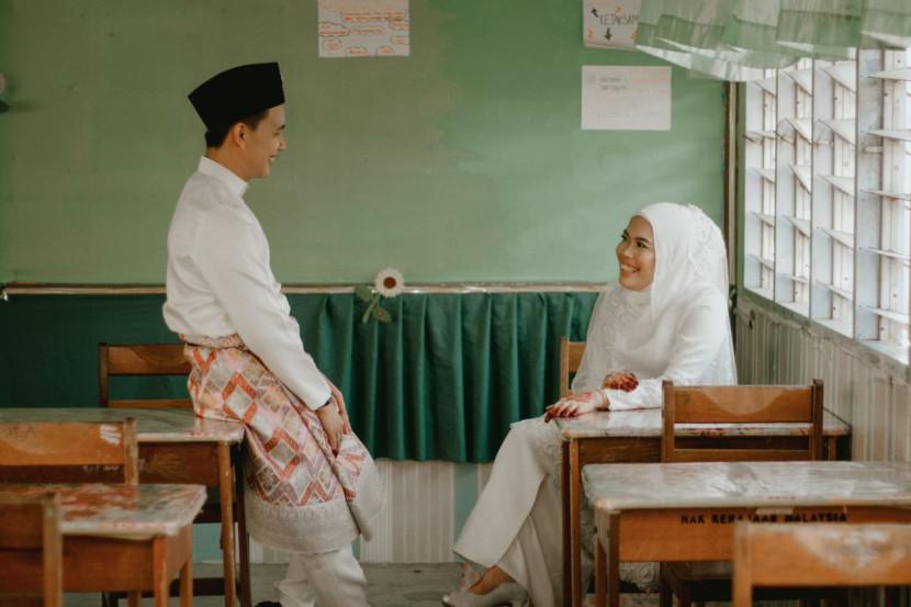 Viral foto pernikahan Harris dan Alya di gedung sekolah.